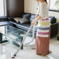 掃除をする妊婦